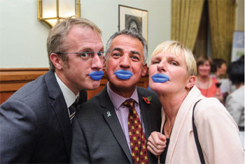 Blue lip selfies raise awareness of mouth cancer